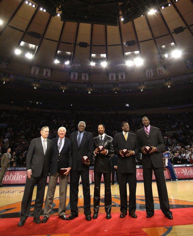 """W.Reedas (trečias iš kairės) ir """"Knicks"""" legendos"""
