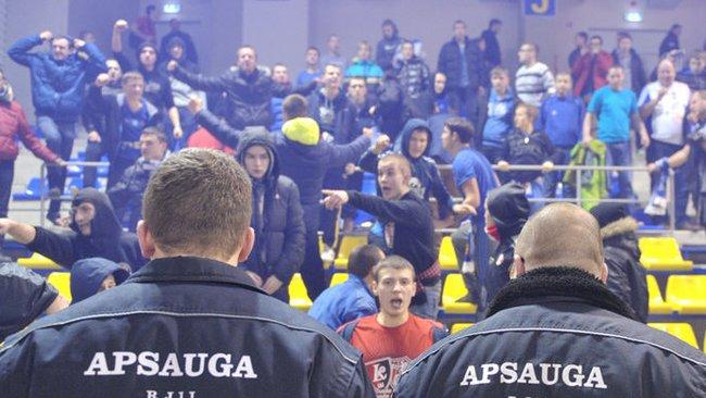 Policijos atstovams nerimą kelią krepšinio sirgalių grupuočių elgesys (Fotodiena.lt)