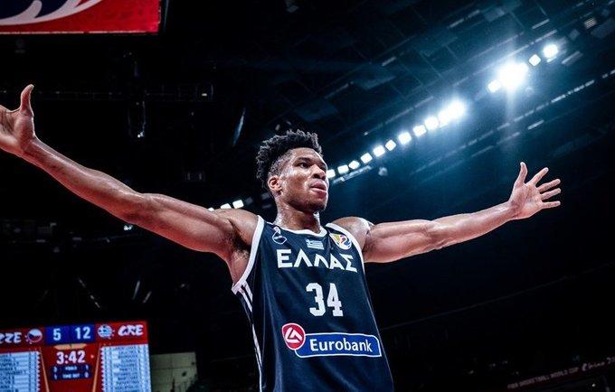 G.Antetokounmpo aplenkė LeBroną (FIBA nuotr.)