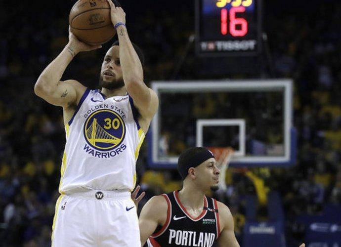 S.Curry paliko brolį skėsčioti rankomis (Scanpix nuotr.)