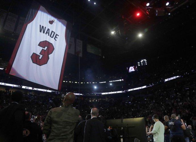 D.Wade'o marškinėliai buvo iškelti į arenos palubes (Scanpix nuotr.)