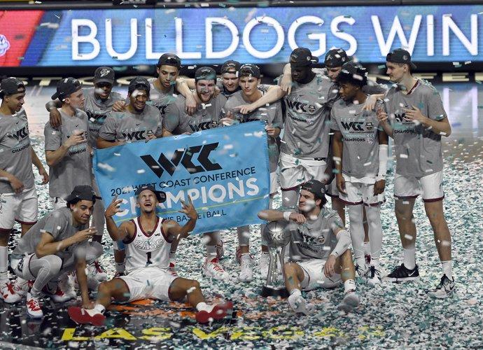 """""""Bulldogs"""" švenčią trofėjų (Scanpix nuotr.)"""