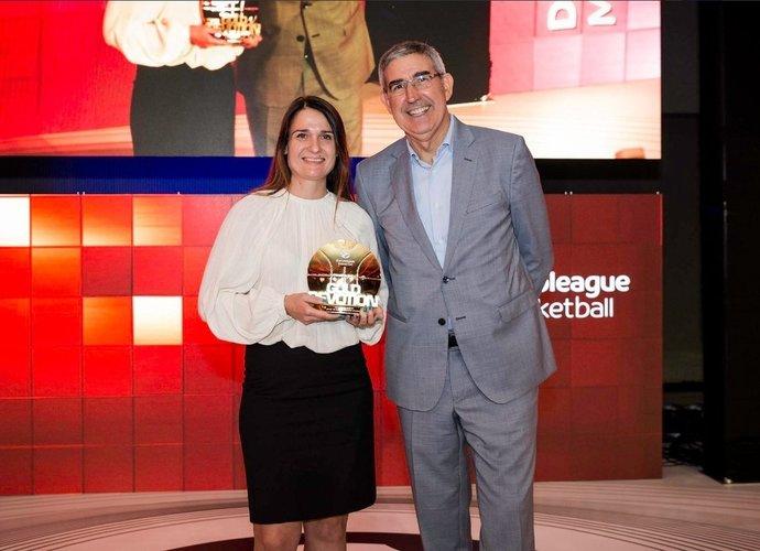 A.Dagilytė atsiėmė apdovanojimą iš J.Bertomeu rankų