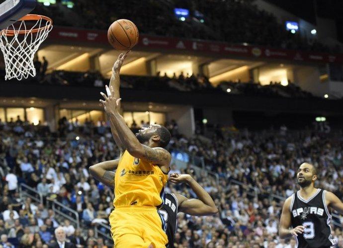 """""""Alba"""" parklupdė NBA čempionus! (Scanpix)"""